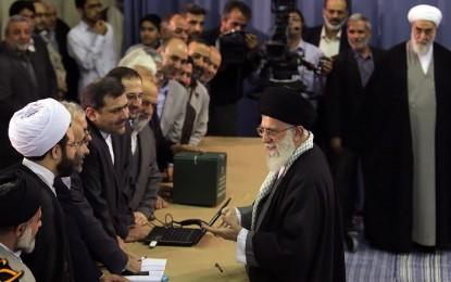 هدیه رهبر معظم انقلاب به عامل اجرایی شعبه ۱۱۰ اخذ رای + تصاویر